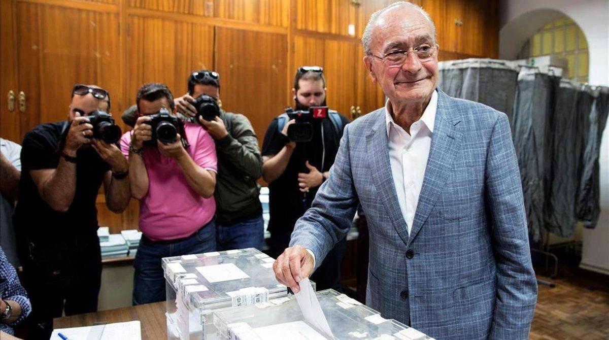 El alcalde de Málaga (PP), Francisco de la Torre, en su colegio electoral.