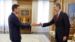 Pedro Sánchez y el rey Felipe VI, en la entrevista de este jueves en la Zarzuela.