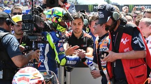 Valentino Rossi y Marc Márquez se dan la mano en Montmeló.