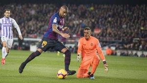 Masip aguanta un uno contra uno con Boateng, en el último Barça-Valladolid