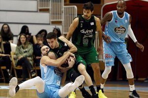 El verdinegro López-Arostegui pelea en el suelo por un balón con Brown