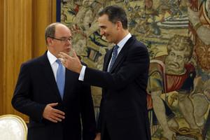 El rey Felipe VI conversa con el Príncipe Albertode Mónaco en el Palacio de la Zarzuela antes de la cena de presentación de la delegación en España de la Fundación Príncipe Alberto II de Mónaco.