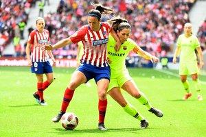 Vicky Losada trata de arrebatarle un balón a Silvia Meseguer, el domingo en el Wanda Metropolitano de Madrid.