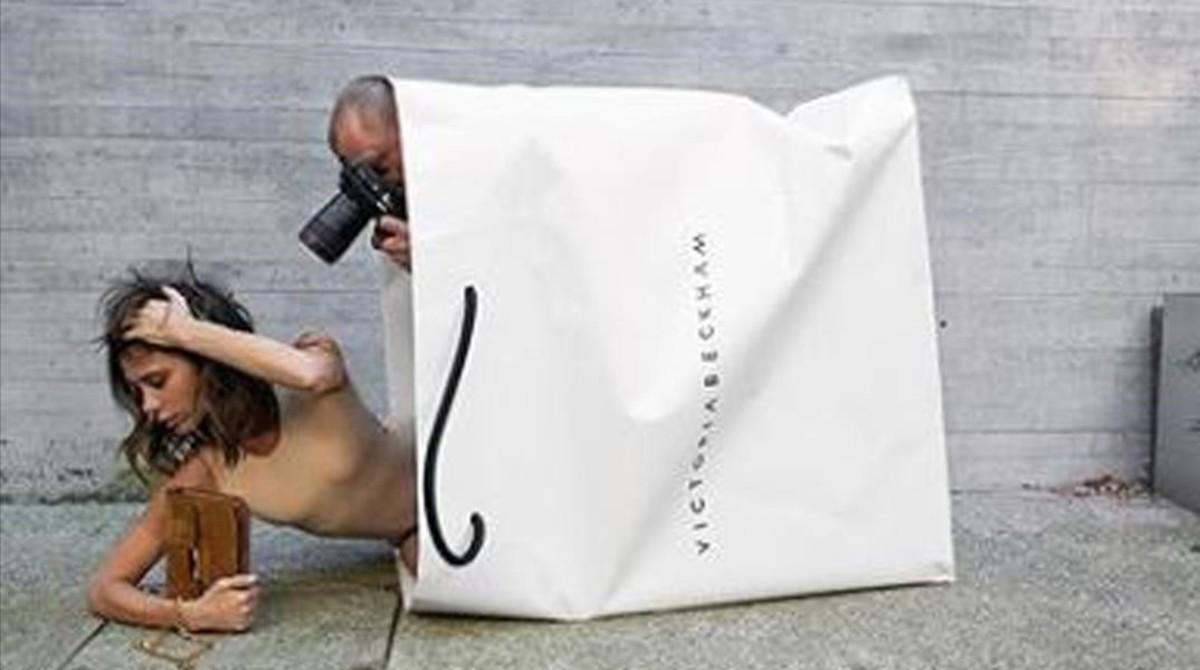 Victoria Beckham celebra sus 10 años en la moda saliendo de una inmensa bolsa.