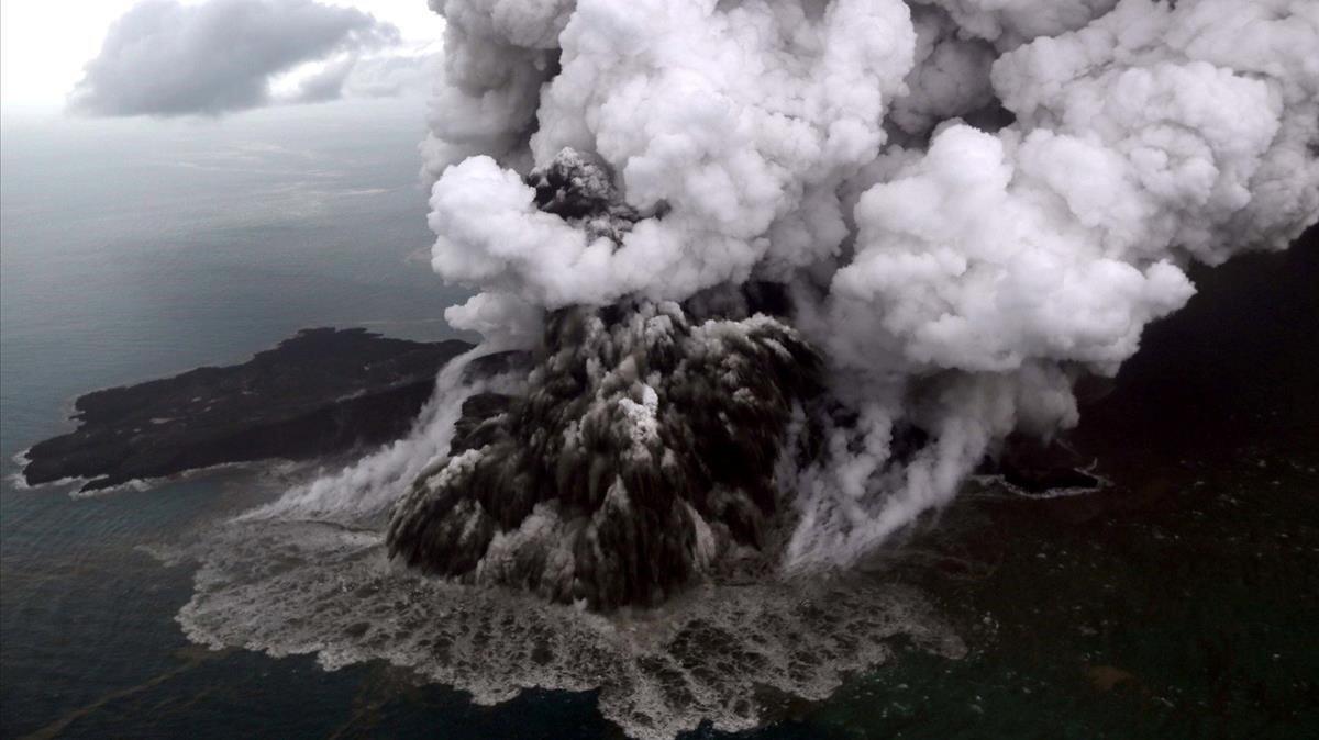 Vista aérea del volcán Anak Krakatoa durante su erupción este domingo.