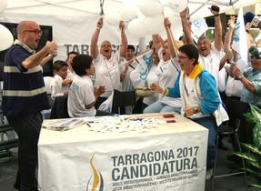 Voluntaris de la candidatura de Tarragona 2017 mostren la seva alegria després de conèixer que la ciutat serà la seu dels Jocs Mediterranis.