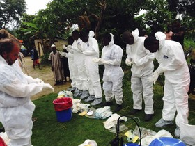 Voluntaris preparant-se per posar-se les granotes daïllament per tractar amb malalts dEbola, a Sierra Leone.