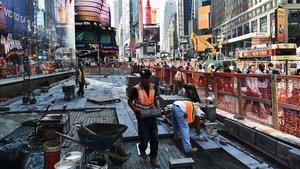 Trabajadores de la construcción llevan a cabo una obra en Times Square (Nueva York).