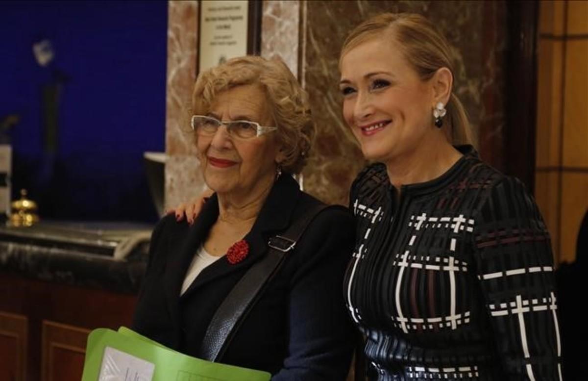 La alcaldesa de Madrid, Manuela Carmena, y la presidenta de la Comunidad de Madrid, Cristina Cifuentes.