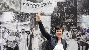 Maria Giralt frente a una de las imágenes instaladas en la plaza Reial con motivo del 40º aniversario de la primera manifestación LGTBI.