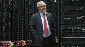 Mateo Valero, director del Barcelona Supercomputing Center, ante el superordenador MareNostrum.