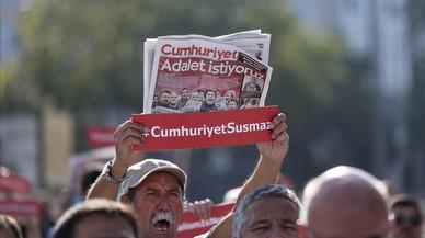 Empieza el juicio contra 17 periodistas del principal diario opositor turco