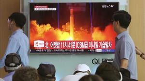 Un hombre pasa en Seúl ante un escaparate conuna televisión donde se informa del misil norcoreano.
