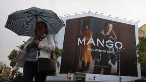 Un anuncio de mango en la calle Aragón de Barcelona.
