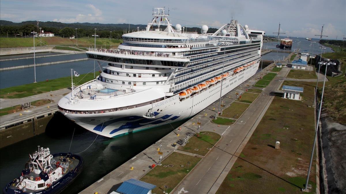 Un crucero atraviesael Canal de Panamá.