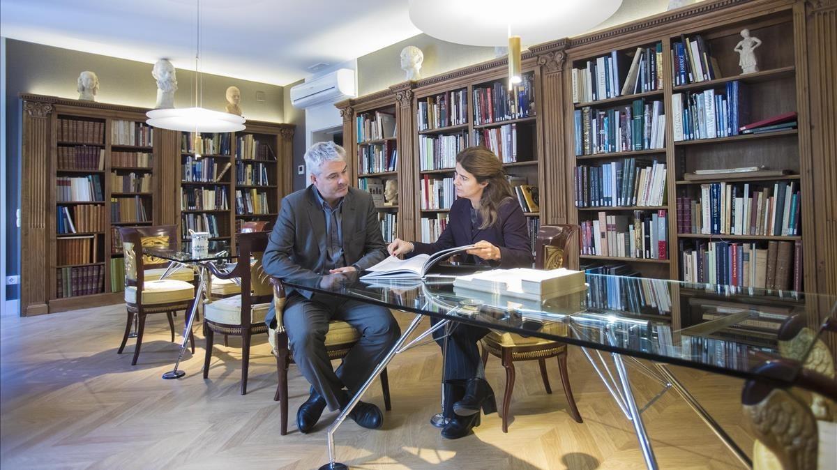 Artur y Mònica Ramon en la biblioteca del nuevo espacio Artur Ramon Art, un nuevo concepto de galería de arte.