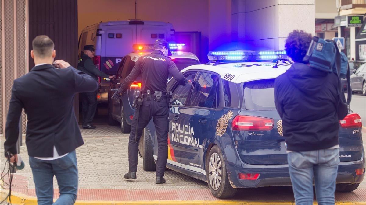 Llegada a los juzgados de Sevilla, este jueves, del furgón policial con el padre detenido por sustracción de menores el pasado martes.