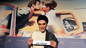Behnaz Jafari, una de las protagonistas de 3 faces, muestra el cartel del director,Jafar Panahi, que no puede estar presente en Cannes al tener prohibida la salida de Irán.