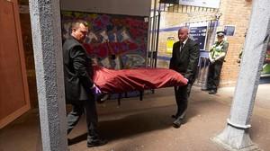 Traslado del cadáver de uno de los tres jóvenes grafiteros atropellados en el sur de Londres.