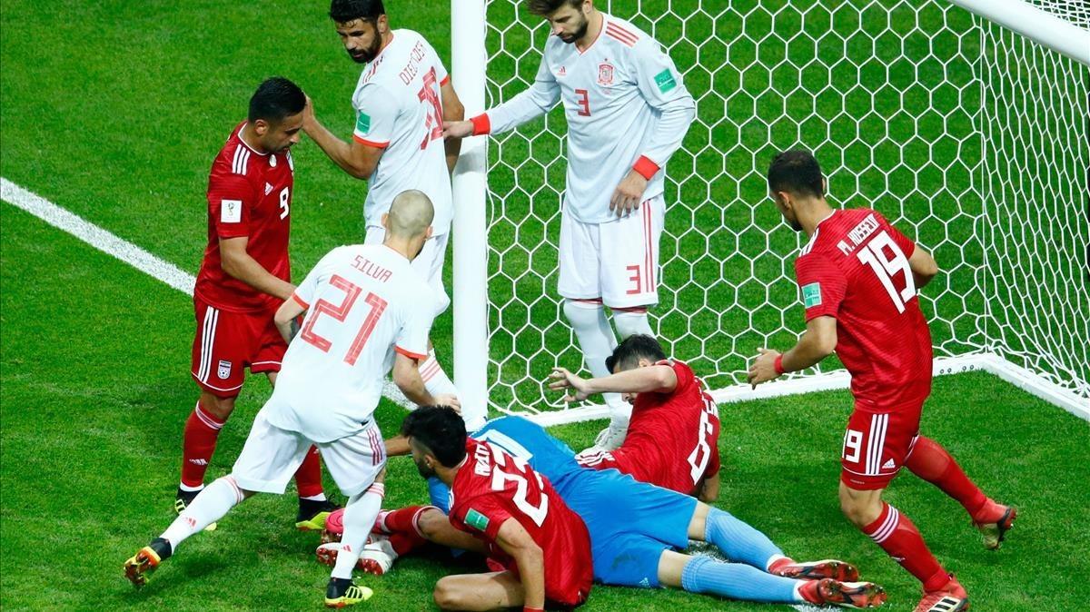 Barullo bajo la portería iraní. Los jugadores persas tenían cariño por el césped.