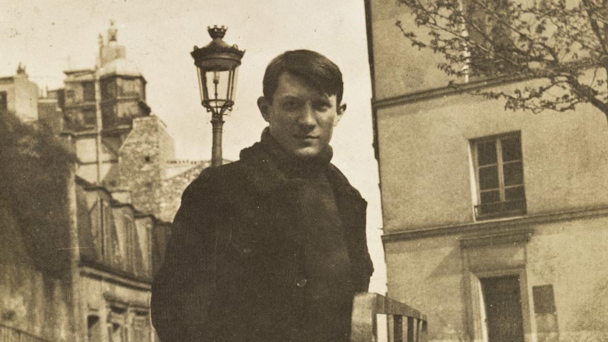 Un joven Picasso, en la plaza Ravignan de París.