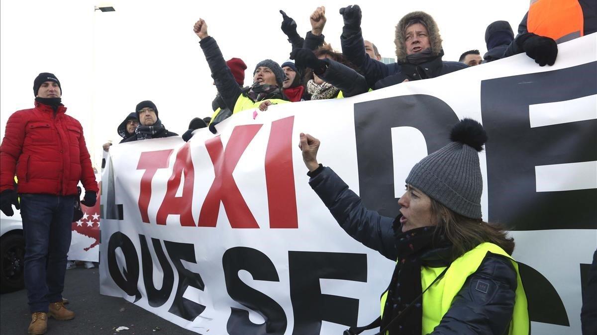 Concentración de taxistas madrileños frente a Ifema durante la huelga.