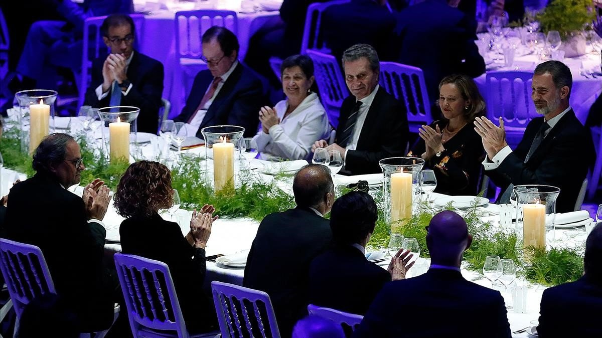 Felip VI presumeix de «democràcia plena» davant de la plana major del MWC