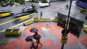 El acceso al Instituto Jaume Balmes, donde se ha ganado terreno al chaflán para crear una nueva zona para peatones.