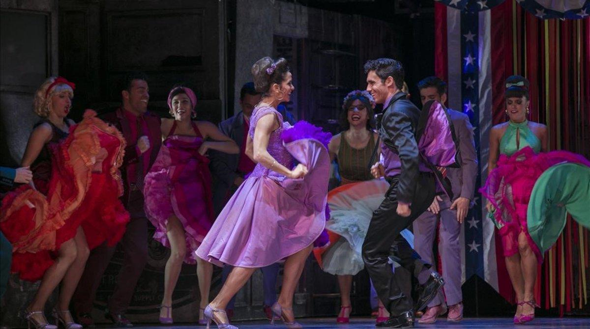 Una escena de 'West side story', con Silvia Álvarez y Oriol Anglada en primer plano.