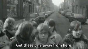Los niños de De Pijp, en Amsterdam, intentando echar a los coches para poder jugar en la calle.