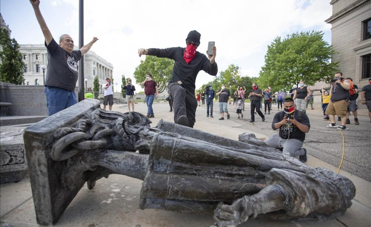 Estatua de Colón derribada en Minnesota.