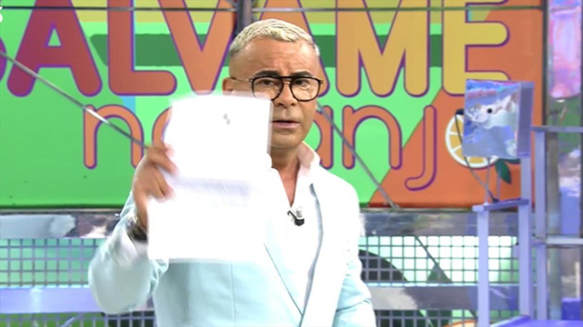 J.J Vázquez muestra la denuncia que ha presentado.