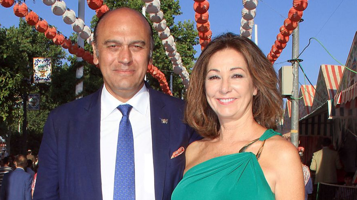 Juan Múñoz y su mujer, Ana Rosa Quintana.