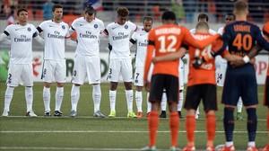 Els jugadors del PSG i del Lorient, durant el minut de silenci previ al partit