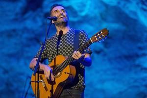 Jorge Drexler, durante el concierto interrumpido por la lluvia en el Teatre Grec.