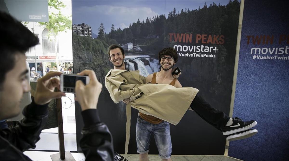 Rubén y Eric se fotografían con el peluquín y la gabardina del agente Cooper