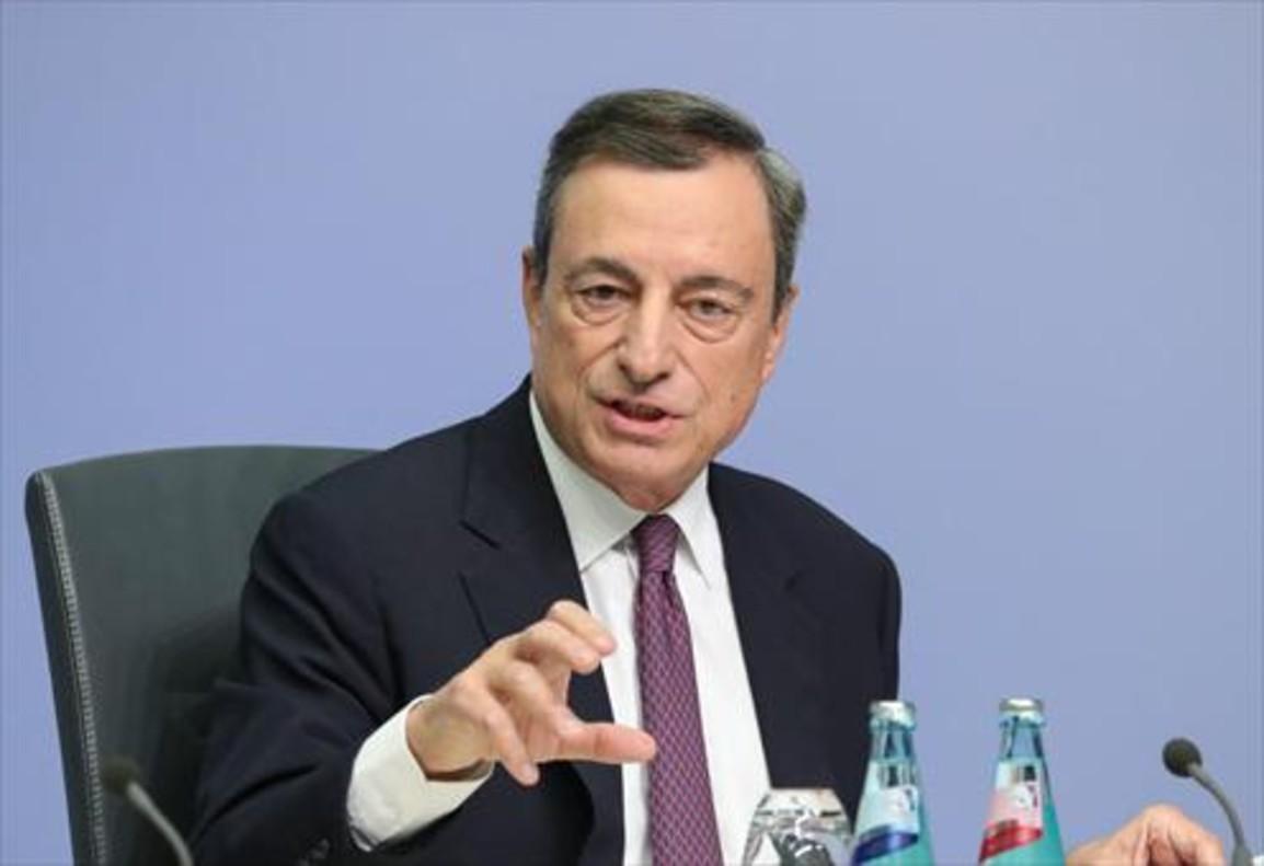 Mario Draghi, presidente del Banco Central Europeo, se dirige a los periodistas, ayer en Fráncfort.