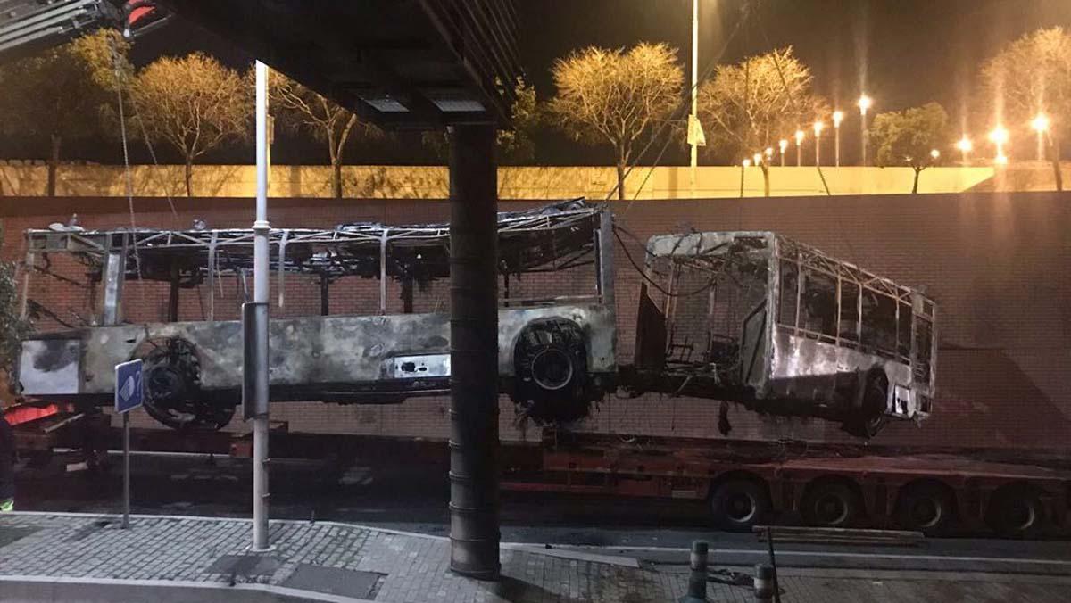 Bus articulado que se ha incendiado en la Ronda Litoral