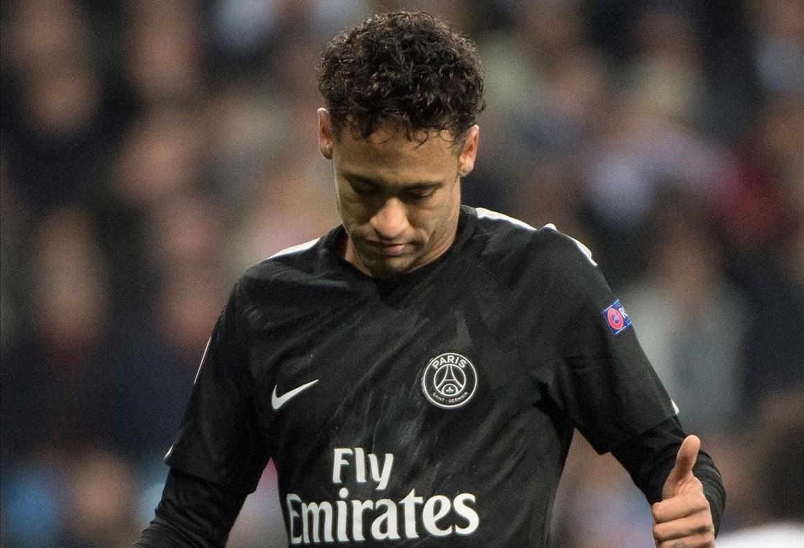 Neymar, cabizbajo, al término del partido entre el Madrid y el PSG