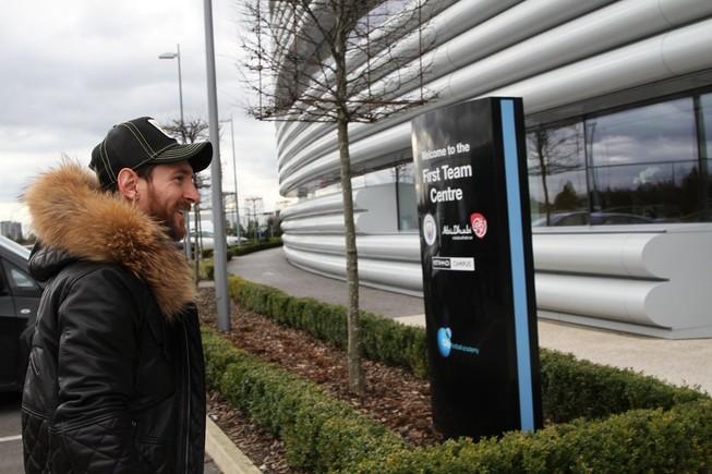 Messi llega a la ciudad deportiva del Manchester City.