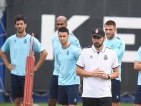 Entrenaiento del Espanyol con el técnico Machín en primer plano.