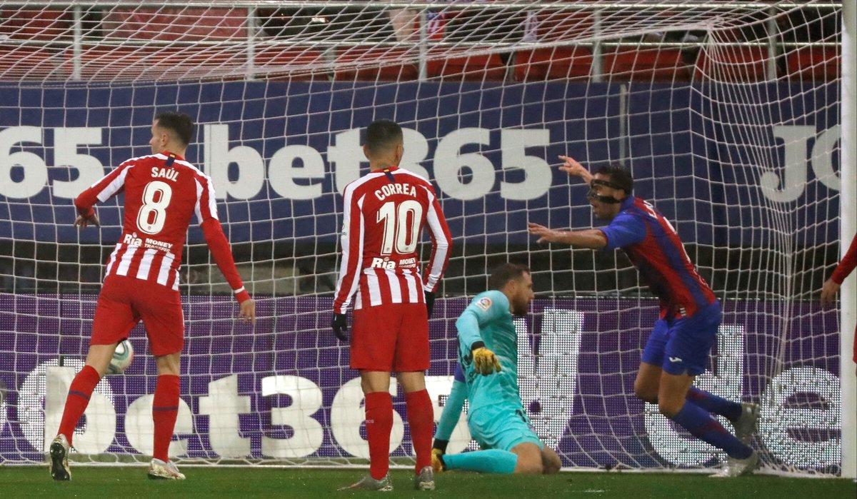 Esteban Burgos (d) celebra el primer gol del Eibar ante el Atlético.
