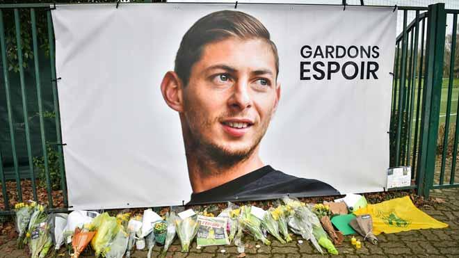 Abandonan la búsqueda del futbolista Emiliano Sala. En la imagen, flores junto a un retrato del deportista enLa Chapelle-sur-Erdre, en Francia.
