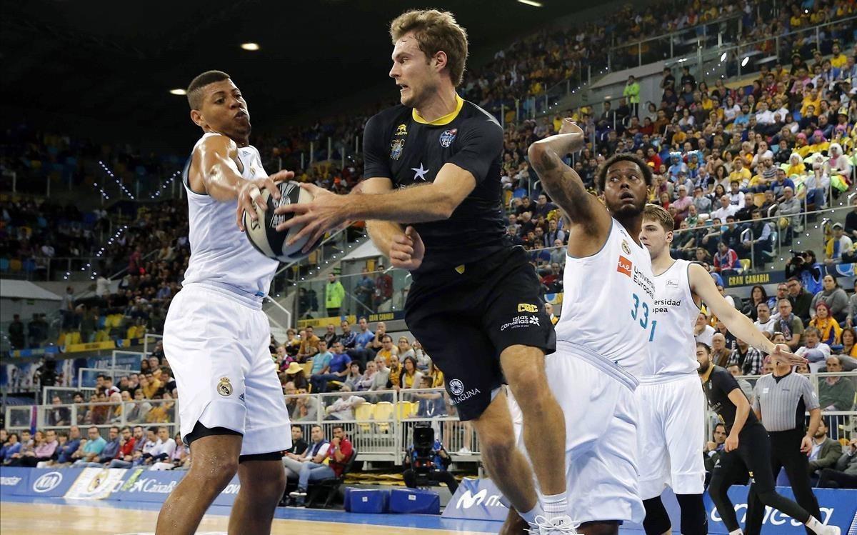 Abromaitis, del Tenerife, supera a los madridistas Tavares y Thompkins en una accióndel partido