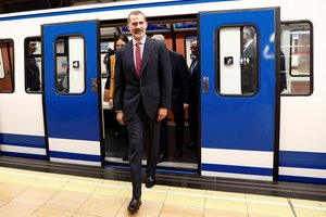 GRAF8386. MADRID (ESPAÑA), 17/10/2018.- El Rey Felipe, durante el recorrido en metro entre las estaciones de Sol y Chamartín, en el acto conmemorativo del centenario de la puesta en funcionamiento de la primera línea de Metro de Madrid.-EFE/Mariscal
