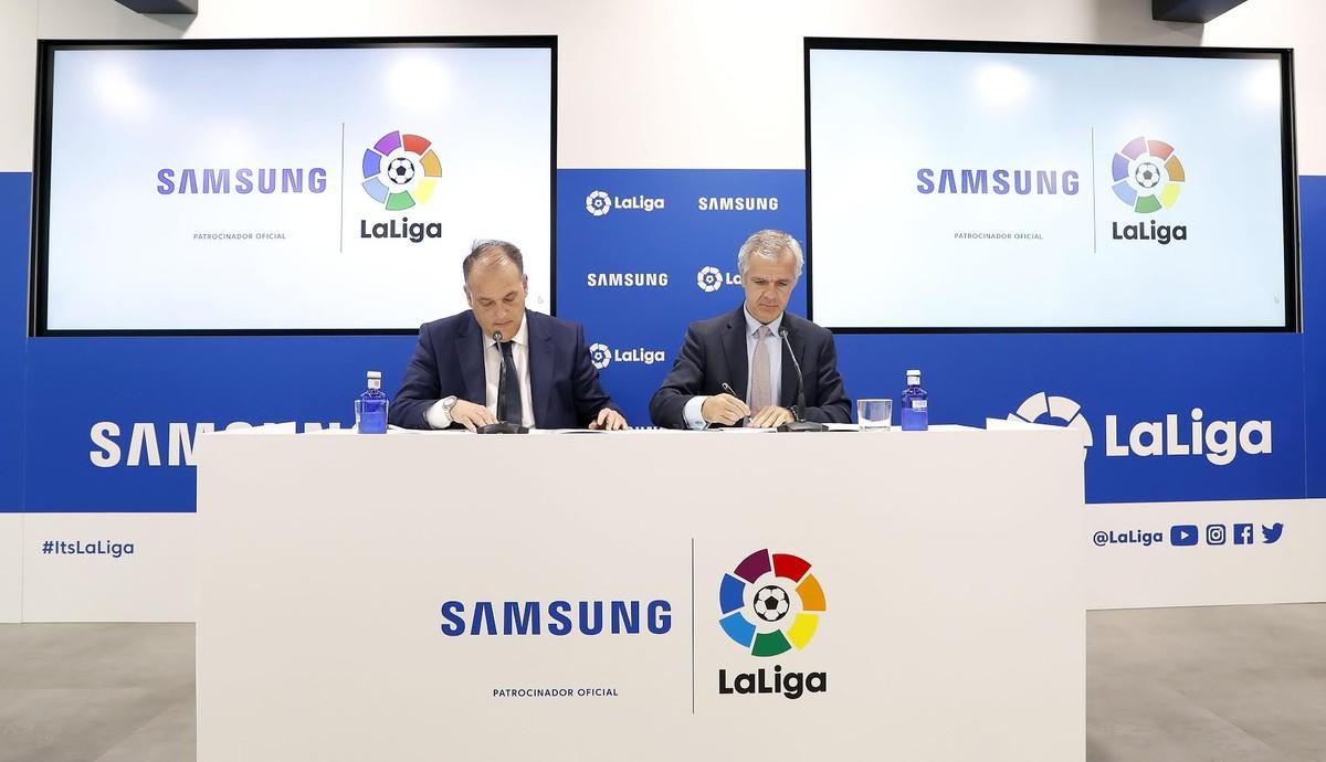 Momento de la firma del acuerdo entre Samsung y LaLiga