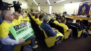 Afectados por el escándalo de las preferentes de Caja Madrid, durante la última vista del juicio.
