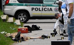 Agentes examinan el cuerpo sin vida del agresor en una escuela de Vrutky (Eslovaquia).