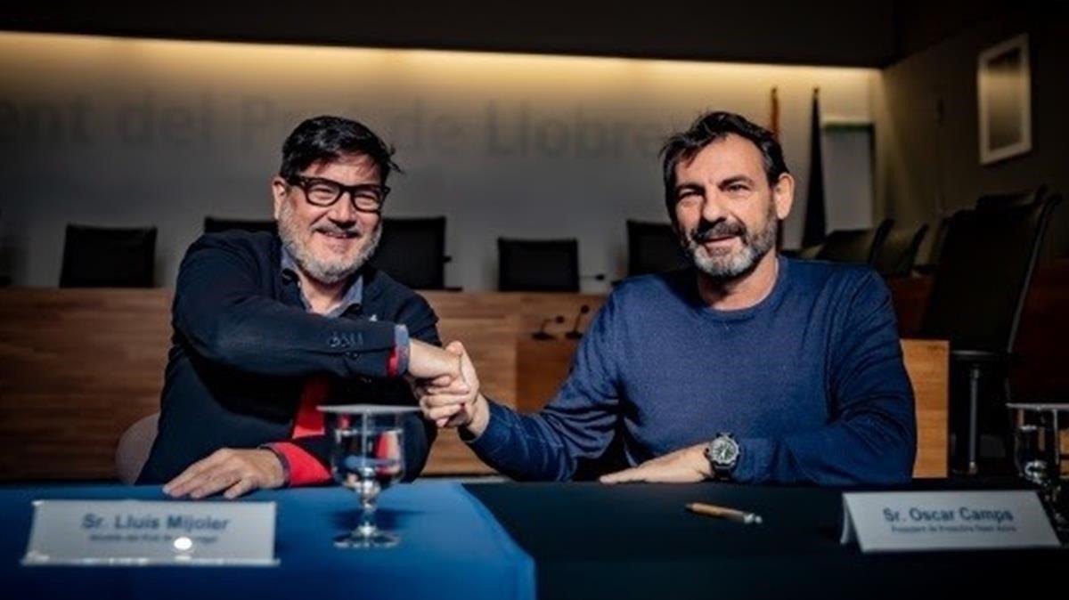 El alcalde de El Prat Lluís Mijolery el fundador de Open ArmsOscar Campsen la firma del convenio, este martes.