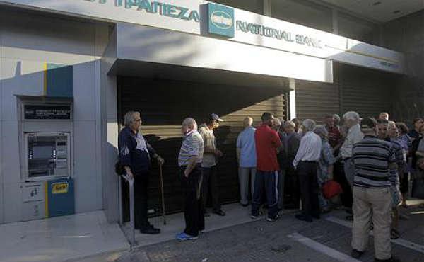 Con los controles de capital ya vigentes este lunes en Grecia, los jubilados han acudido por la mañana a las entidades bancarias a por sus pensiones.